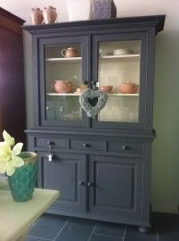 Buffet/vitrine Kast in Annie Sloan Chalkpaint tm Graphite/Old White Deco Furniture, Hand Painted Furniture, Furniture Makeover, Annie Sloan Graphite, Chalk Paint Finishes, Grey Dresser, Cozy Place, Rustic Interiors, China Cabinet