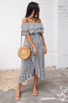 Summer Dresses to Shop Now – Summer Outfits – Summer Fashion Tips Printemps Street Style, Spring Street Style, Spring Summer Fashion, Summer Street Styles, Casual Street Style Summer, Spring 2018 Fashion Trends, Street Style 2018, Street Look, Spring Summer 2018