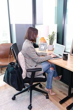 We're giving office decor hacks to help increase your productivity this year! From homey touches to collaborative nooks, these tips are game changers! Mesa Home Office, Home Office Decor, Legitimate Work From Home, Work From Home Jobs, Moda Formal, Computers For Sale, Fashion Jobs, Fashion Trends, Office 365