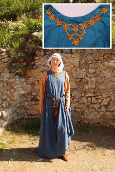 Een mooie blik op de versiering van de jurk van deze welvarende 13de eeuwse vrouw.
