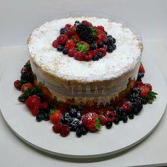 Adoramos fazer parte desses momentos tão especiais. Parabéns Mariana!!! #tomazcake #cakedesign #cakestagram #bolodecorado #boloconfeitado #bolodeaniversario #festa #pastry #nakedcomfrutas
