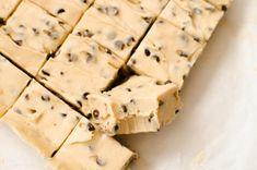 Avez-vous déjà essayé un fudge à pâte à biscuits? WOW! C'est bon et je sens que vous allez adorer ça. Fudge Recipes, Baking Recipes, Cookie Recipes, Dessert Recipes, Mini Desserts, Cookie Desserts, Baking Ideas, Dessert Ideas, Easy Desserts