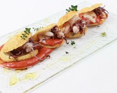 Dedicato a chi ama aggiungere un tocco #piccante ad ogni suo piatto: pasta fritta #calamari e salsa piccantissima!  Scoprite la ricetta su Foodloft! #simonerugiati #foodloftit by simonerugiati