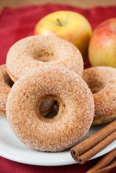 Fettarme Apfel-Zimt-Donuts mit Vollkornmehl Low-fat apple-cinnamon donuts with whole grain flour Easy Donut Recipe, Baked Donut Recipes, Baking Recipes, Cake Recipes, Dessert Recipes, Keto Donuts, Baked Donuts, Donuts Donuts, Cinnamon Donuts
