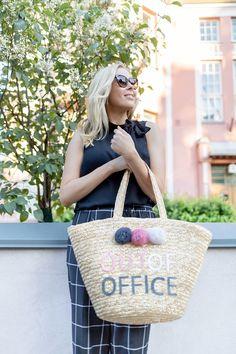 Vika työasu ennen lomaa! | pinjasblog  A big straw bag wit an out of office text | classy black outfit