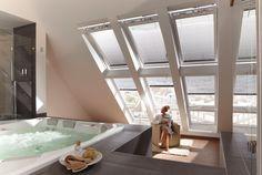 Beim Baden den Blick in den Himmel genieße dank VELUX Fensterkombination...
