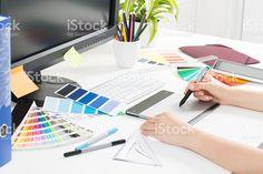Diseñador gráfico en el trabajo.  Color de las muestras. foto de stock libre de derechos