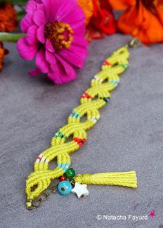 Esprit boho chic / bohème et retro pour ce très joli bracelet coloré, en micro macramé. 100% bijoux de créateur, fait main, made in France.