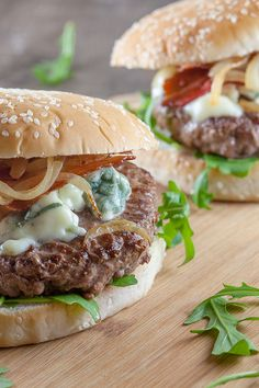 Hamburgers met blauwe kaas en spek