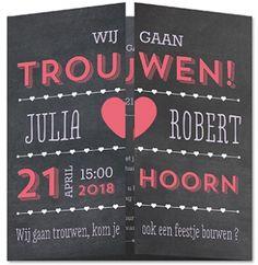Zwarte krijtbord trouwkaart met luikvouw en typografie