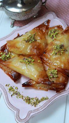 Dulces árabes con pasta filo y crema de sémola وربات Pastry Recipes, Dessert Recipes, Cooking Recipes, Food N, Food And Drink, Pasta Filo, Arabian Food, Arabic Sweets, Lebanese Recipes
