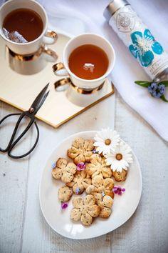 """Ma recette de biscuits au thé bleu à base de Sakura Blue tea de chez Mariage Frères : des sablés au thé """"fleur de cerisier"""" pour un résultat subtil à déguster avec le même thé de printemps. Mochi, Blog Food, Sakura, Tea Time, Breakfast, Tea Biscuits, Spritz Cookies, Shaped Cookie, Cherry Blossom"""