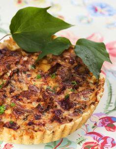 Matig paj med kantareller, smakrik prästost, lök och grädde i en härlig blandning. Enkelt recept att göra och en perfekt paj att bjuda gästerna på!
