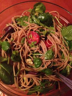 Pranz vegetarian echilibrat: paste din quinoa, valeriana , rucola, rosii, busuioc, avocado, ulei de masline, marar, patrunjel, sare