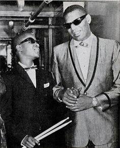 O pequeno Stevie Wonder e o mestre Ray Charles - via Idea Fixa
