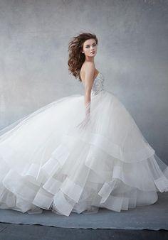 この、スカートの裾のラインのことです*【ホースヘアー】が可愛いウェディングドレスに注目♡にて紹介している画像