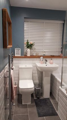 Small bathroom goals Dreamy grey rose pink and white small bathroom with oak windowsill oak mirror and metro tiles. The post Small bathroom goals appeared first on Badezimmer ideen. Bathroom Design Small, Bathroom Interior Design, Pink Small Bathrooms, Small Bathroom With Bath, Modern Bathrooms, Master Bathrooms, Simple Bathroom, Bathroom Goals, Bathroom Ideas