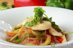 Pierś z kurczaka pokrój w cienkie paski, zamarynuj w oleju sezamowym i Przyprawie do kurczaka Knorr. Odstaw je na 20 minut, po czym usmaż. Przygotuj Fix do potraw chińskich Knorr według wskazówek na opakowaniu i odstaw do ostygnięcia. Pół ogórka przekrój wzdłuż na 4 części, za pomocą łyżeczki usuń pestki, a pozostałą część pokrój w paski. Makaron zalej ciepłą wodą, poczekaj do momentu, gdy zmięknie, a następnie odcedź. Paprykę pokrój w paski, a następnie wymieszaj z sosem. Dodaj ogórka oraz…