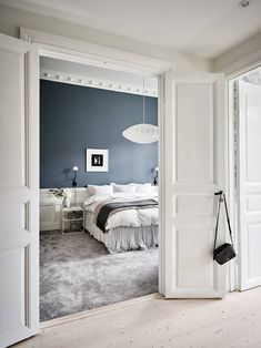 Soft bedroom in a Scandinavian apartment decorated in calm color tones with a black kitchen Scandinavian Loft, Scandinavian Apartment, Dream Home Design, House Design, Beddinge, White Fireplace, London Apartment, Floor To Ceiling Windows, Black Kitchens
