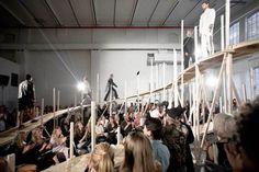 En la sección #YoAmoDiseño  En Oslo, Noruega, creativos de Gartnerfuglen, decidieron construir una pasarela a la altura. La plataforma fue construida a base de madera con el fin de que los modelos pudieran caminar y así mostrar las nuevas colecciones de ropa de estos cinco diseñadores.  Si quieres saber mas de Gartnerfuglen dale click   http://blogdeldiseno.com/2013/09/25/una-pasarela-para-el-diseno-emergente/