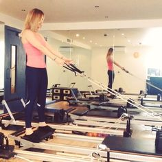 S-Q-U-A-T for that booty girls this is such a fab combo with the row. I like to stay down and add pluses and extra rows to really feel the burn have a great Friday evening if you're staying in like me! (We're off to Paris in the morning so excited ! ) #powerpilatesuk #pilates #reformerpilates #reformer #pilatesanytime