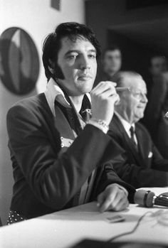 March 1970 ~ Elvis At The Houston Press Conference ~ Houston, Texas King Elvis Presley, Elvis Presley Family, Rock And Roll, Elvis Presley Pictures, Burning Love, Album Sales, You're Hot, Graceland, American Singers