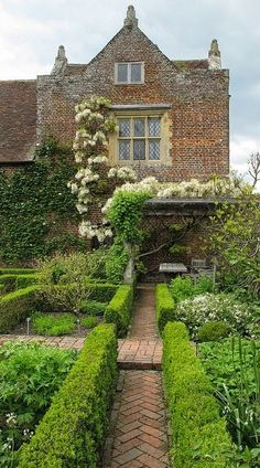 White garden, Sissinghurst | Backyards Click