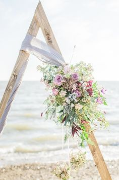 We adore this angular take on the traditional wedding arch. Check out the full styled shoot by @ljphotography (www.laura-janephotography.com) in our current issue! You can buy it here - www.anessex.wedding/buy-a-copy