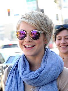 Julianne Hough est une fan des lunettes de soleil.