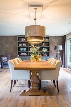 Deze geweldige eettafel van Dengkleh hout is voorzien van eetkamer stoelen van Bocx en Kappen uit ons eigen Atélier. #MaisonManon.