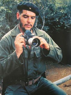 Few people know that Che Guevara was actually an avid photographer. In fact, he has said that before becoming a comandante he was a photographer. A collection of his images was put together in 1990 by the Centro de Estudios de Che Guevara in Cuba. Famous Pictures, Old Pictures, Ernesto Che Guevara, Robert Frank, Classic Camera, Fidel Castro, Poster S, Famous Photographers, Vintage Cameras