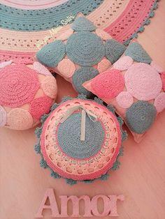 Tapete de croche fazendo compose com almofadas de croche.  Tapete mede 1,50 de diametro  Almofadas 35 cm  Pode ser feitos nas cores de sua decoração  Pode ser vendidas peças separadas...ou a quantidade de almofadas que você quiser!  O tapete de 1,50 custa 450,00 e as almofadas 120,00 cada Crochet Mandala, Straw Bag, Crochet Earrings, Rugs, Knitted Cushions, Round Shag Rug, Child Room, Crochet Carpet, Do It Yourself
