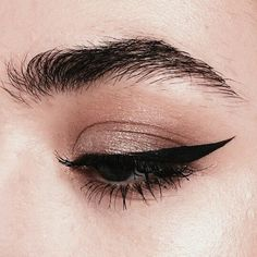Winged eyeliner, natural brows