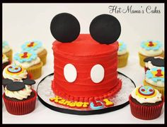 Mickey smash cake with matching cupcakes in the theme of Mickeys Clubhouse :) Mickey Mouse Torte, Fiesta Mickey Mouse, Mickey Mouse 1st Birthday, Mickey Party, 1st Birthday Foods, 2 Birthday, Birthday Ideas, Mickey Mouse Smash Cakes, Mickey Cakes