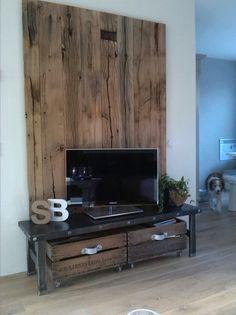 Zelf gemaakt tv meubel van wagondelen, staal en oude veilingkistjes!
