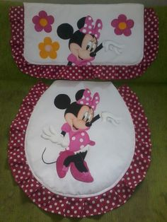 Juego de baño Minnie Mouse www.facebook.com/LuloPirata Fiesta Mickey Mouse, Mickey Minnie Mouse, Quilting Projects, Sewing Projects, Projects To Try, Christmas Bathroom Decor, Bathroom Sets, Fabric Painting, Sewing Hacks