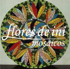 Flores de Ini Mosaicos: Dejar Fluir Mandala de 60cms de diametro, realizado en trencadis con azulejos, gemas y espejos.