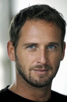 josh lucas, I don't normally like guys with blue eyes, but his are amazing! Since he also reminds me of Paul Newman Physically, another one with blue eyes. Josh Lucas, Pretty People, Beautiful People, Actrices Hollywood, Hommes Sexy, Raining Men, Good Looking Men, Moustache, Famous Faces