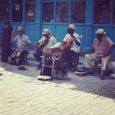 La auténtica Cuba se encuentra en sus coloridas  calles y en su gente. Si tienes suerte en tu viaje puedes escuchar en directo a músicos  cubanos con los que llenar de alegría tus vacaciones   . Gracias a @cubausa05 por compartir con nosotros esta preciosa fotografía.