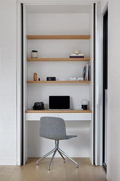 In this modern house, a small home office has been built into a closet. This allows the home office to be hidden away when not needed, while open wood shelving provides additional storage for daily items. Hallway Office, Home Office Closet, Tiny Office, Office Nook, Home Office Organization, Home Office Space, Home Office Design, Home Office Decor, Office Ideas