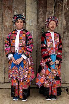 Twee kleurrijk geklede Lolo-vrouwen, een van de vele etnische groepen in Vietnam.