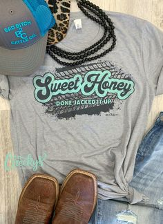 """""""Cheekys Original"""" Sweet Honey Done Jacked It Up Unisex Tee on Steel Gray! #cheekys #boutique #cheekysboutique #gray #sweethoney #jackedup #westernwear #fashion Real Country Girls, Black Sequin Top, Boutique Shirts, Black Zip Ups, Bubblegum Pink, Girls Be Like, Western Wear, Cute Shirts, Graphic Sweatshirt"""