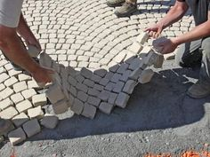 hof ideen This unique cobblestone walkway is undeniably a superb style approach. Driveway Landscaping, Outdoor Landscaping, Cobblestone Walkway, How To Install Pavers, Paver Stones, Stone Driveway, Concrete Pavers, Backyard Sheds, Diy Patio