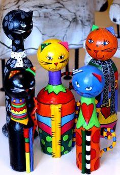 Sabe aqueles gatos lindos decorativos, que parecem feitos por artistas renomados?! Hoje você vai aprender a fazê-los e arrancar elogios! Para isso você vai utilizar o papel maché,técnica que inclusive, já ensinamos aqui no ANR. Confira algumas sugestões e anime-se a fazer o seu :      Veja o passo a passo…