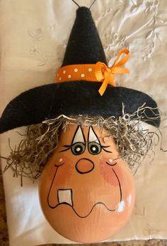Light Bulb Art, Light Bulb Crafts, Painted Light Bulbs, Halloween Gourds, Halloween Ornaments, Diy Halloween Decorations, Halloween Crafts To Sell, Lightbulb Ornaments, Fall Pumpkin Crafts