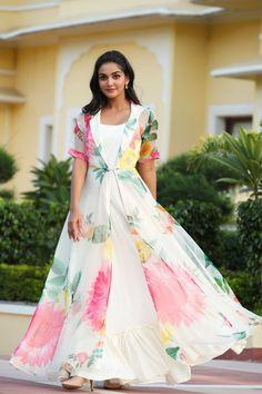 Frocks For Teenager, Frocks For Girls, Girls Dresses, Indian Gowns Dresses, Indian Fashion Dresses, Indian Designer Outfits, Simple Kurta Designs, Choli Designs, Blouse Designs