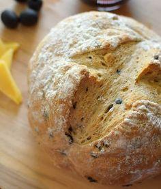 Un pan casero de aspecto rústico que se logra con la combinación de harina integral, aceitunas negras y romero.