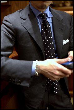 Never Enough Grey Suit ! Mens Fashion Wear, Fashion Outfits, Mens Dark Grey Suit, Charcoal Suit, Only Fashion, Men's Fashion, Luxury Fashion, Preppy Men, Gentleman Style