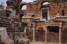 Hierapolis Pamukkale yakınlarında bulunan bir antik kenttir. Tedavi amacıyla da kullanılan Pamukkale yeraltı suları (travertenler) sayesinde tarih boyunca turist çekmiştir. Tiyatro kapasitesi 9500 dür.Ancient city