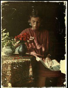 Meisje dat bloemblaadjes determineert, Anonymous, 1907 - 1930, Autochrome